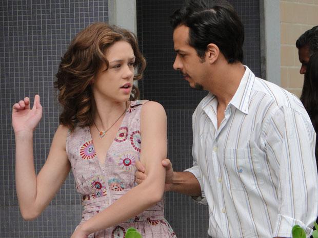 Márcia se assusta ao ser abordada por Everton na rua