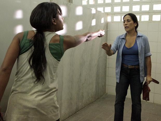 Kátia aponta faca para Norma e reluta em dividir o tesouro