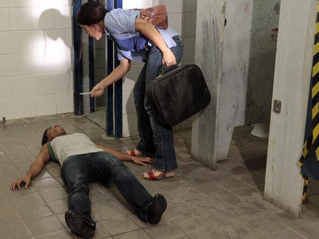 Norma dobra Kátia, corta seu rosto e a ameaça para ficar com o dinheiro de Araci