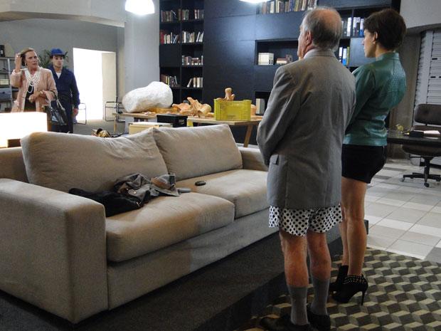Minerva não percebe que Isaías está sem a calça atrás do sofá