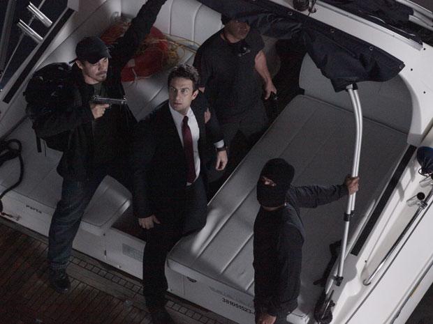 Léo segue na lancha com os bandidos