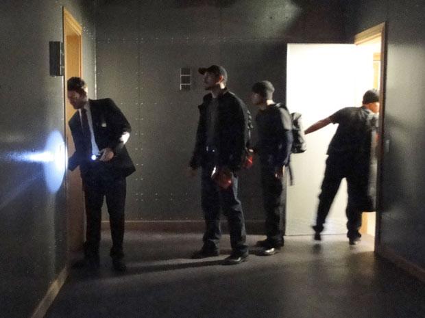 Léo abre as portas para a sala de cofres