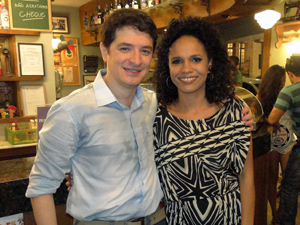 Teresa posa ao lado do ator Guilherme Piva