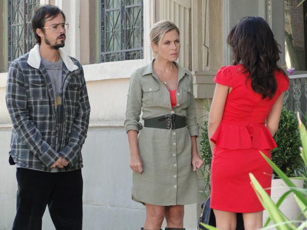 Júlia encontra com Celeste e elas trocam farpas