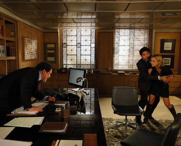 Júlia procura Oséas para falar sobre o leilão e acaba expulsa do banco...