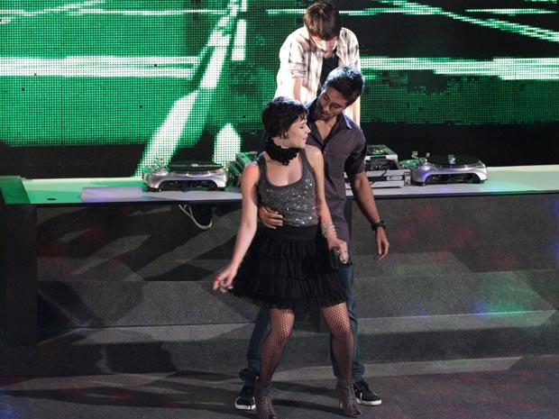 Leila provoca André ao dançar com outro homem no palco