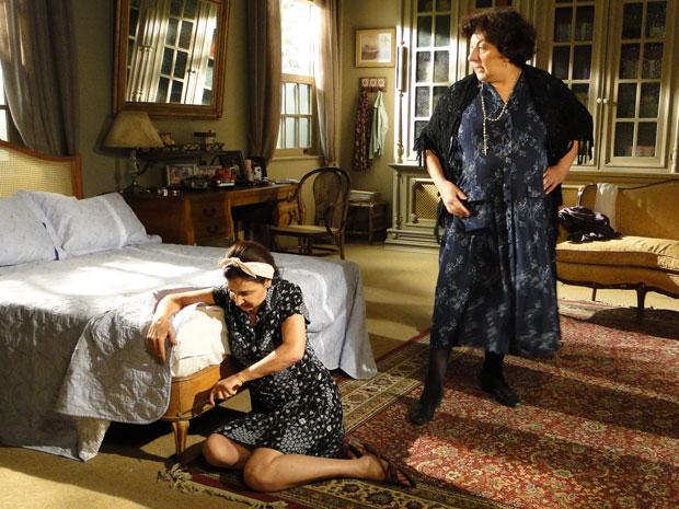 Cleonice é obrigada a afrouxar os parafusos da cama de Marcos e Natália