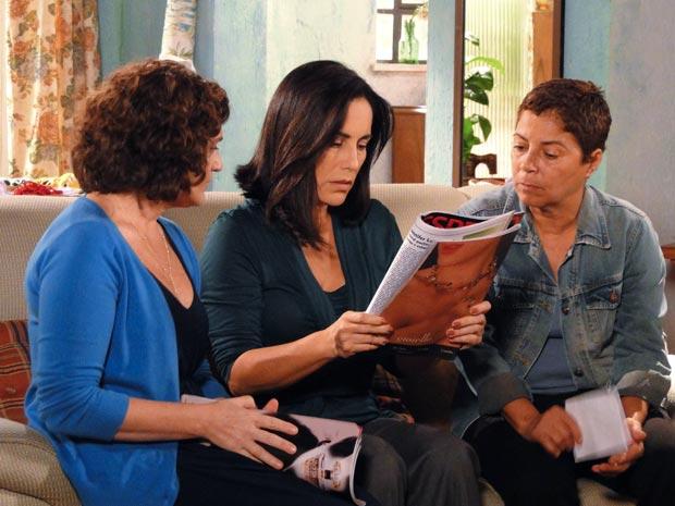 Na revista 'Espelho', Norma vê foto de Léo ao lado de Natalie e Cortez