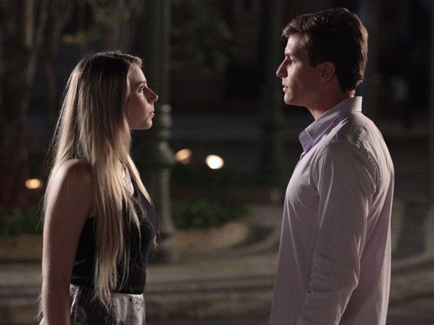 Guilherme e Inês se enfrentam após a jovem ameaçar contar a verdade sobre o falso médico
