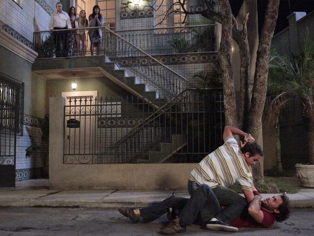 Wilson parte para cima de Caco em plena rua e é observado pela família