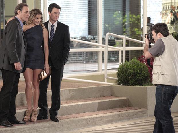 Natalie consegue posar ao lado de Cortez e Léo