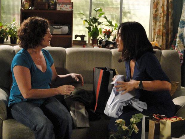 Já com o novo corte de cabelo, Norma compra novas roupas e mostra a Cida