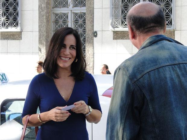 Na cena, Norma pede informações sobre Léo a um motorista de táxi