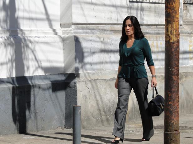 De novo visual, Norma caminha por rua