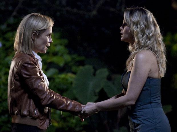 Naomi pede ajuda de Júlia no jardim da casa de Ícaro