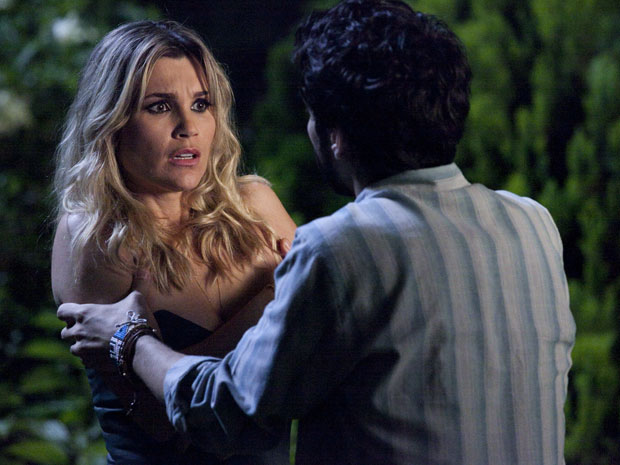 Naomi é surpreendida por beijo de Leandro