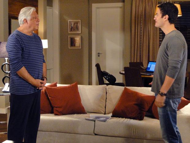 Léo provoca Raul em visita surpresa