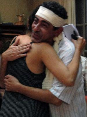 Claudio Jaborandy recebe o carinho da preparadora de elenco infantil Mareliz Rodrigues