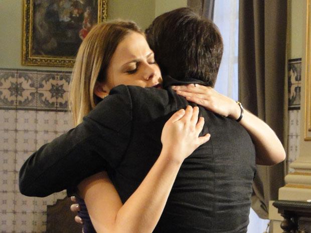Melissa e padre Francisco trocam um forte abraço