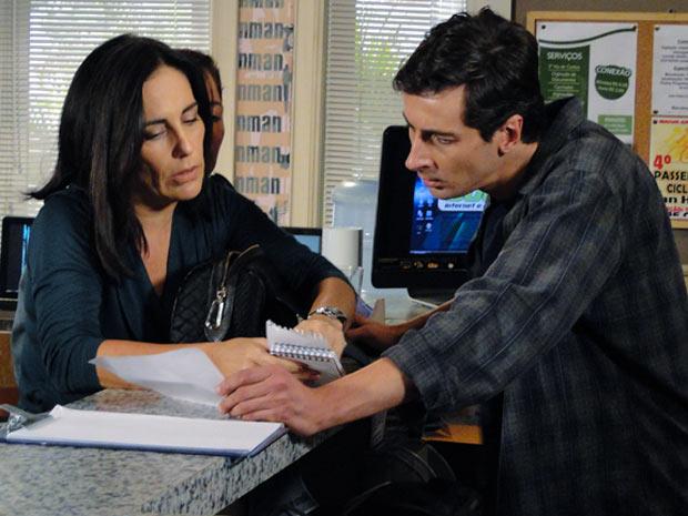 Norma pede ao atendente de lan house que produza uma declaração falsa e diz que se trata de uma brincadeira com uma amiga