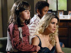 Naomi fica aliviada ao saber que Nivaldo foi o culpado