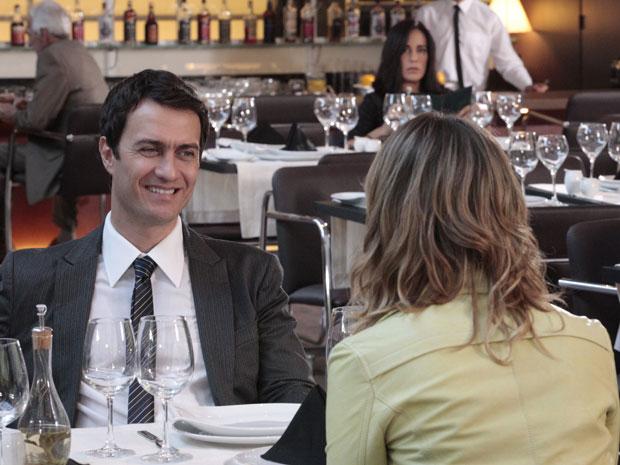 Norma flagra Léo e Marina almoçando