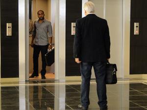 André entra no elevador sozinho