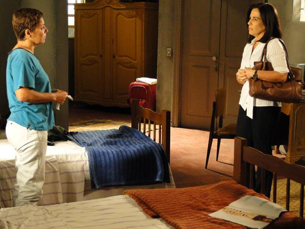 Norma diz a Jandira quer descobrir tudo sobre a vida de Léo