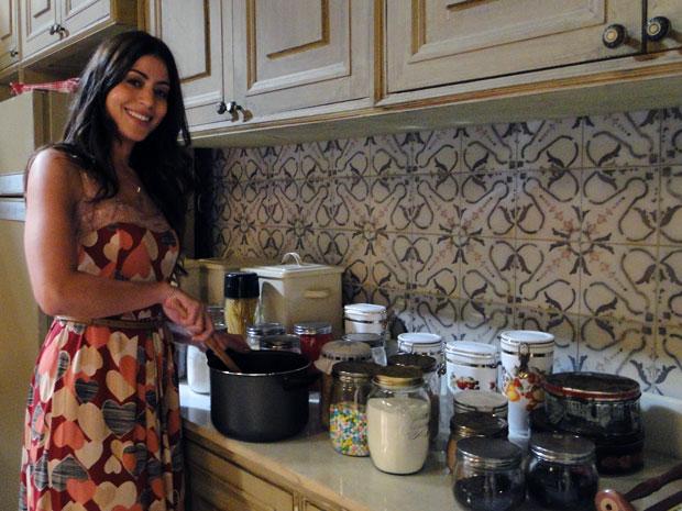 Carol Castro adora inventar moda na cozinha