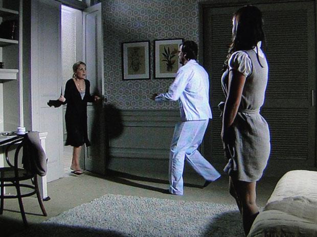 Júlia dá um susto em Cristiano ao flagrá-lo com Abelha no quarto
