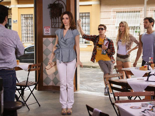 Eunice pede para falar com Gabino enquanto Roni, Natalie e Douglas observam