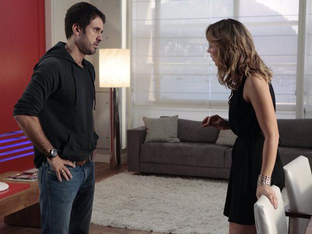 Depois de Irene revelar a Pedro e Marina que está grávida do ex-piloto, os dois tem conversa tensa