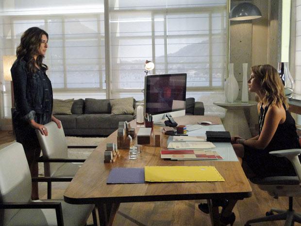 Irene entra no escritório de Marina para contar a designer que está esperando um filho de Pedro