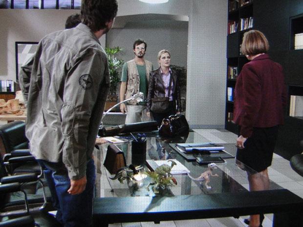 Júlia chega ao Instituto dos Dinossauros sem ser convidada