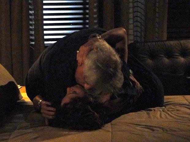 Raul e Carol se amam pela primeira vez
