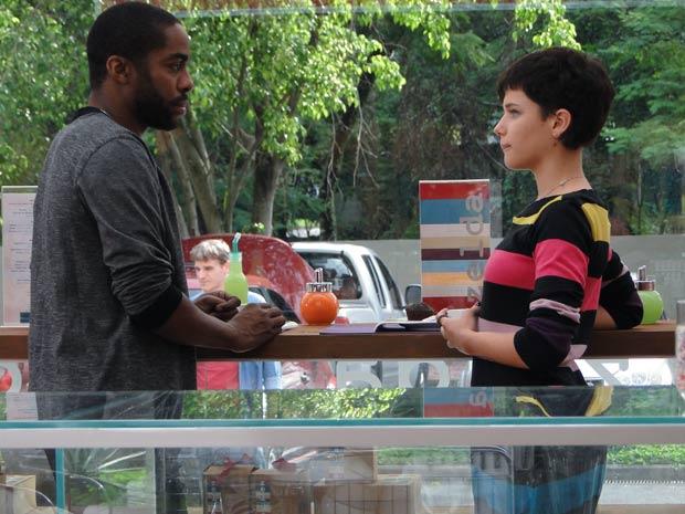 Leila convida André para um café. 'Prometo manter distância', brinca
