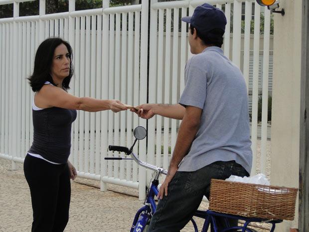 Norma paga para que o ciclista esbarre sua bicicleta em Natalie