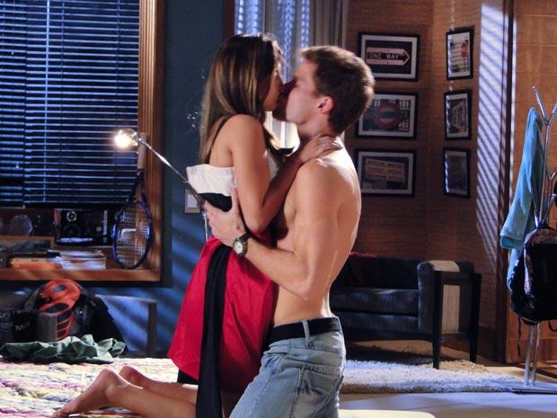 Cecília e Rafa trocam beijos e carinhos