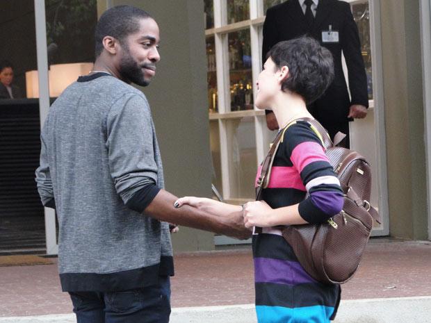 André e Leila se encontram na entrada do shopping