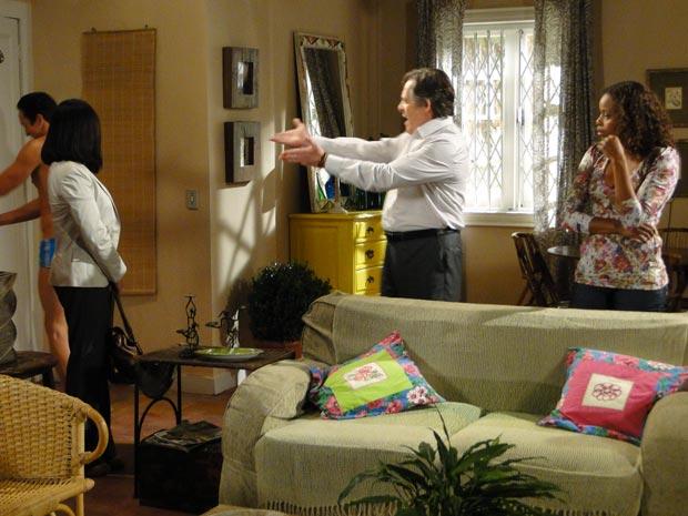 Diogão, inquilino de Fabíola, entra no apartamento molhado e de sunga, deixando Milton furioso