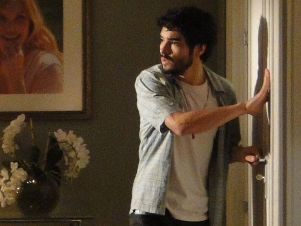 Leandro vasculha o quarto de Naomi