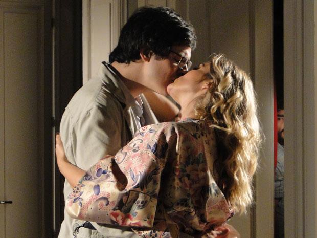 Leandro observa Naomi e Ícaro escondido no armário