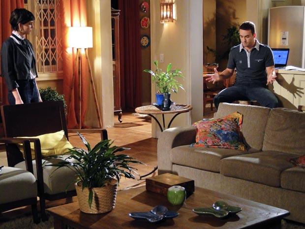 Paula não aprova namoro do pai com Natalie e desabafa com Eduardo