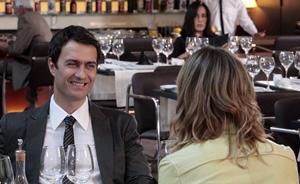 Norma segue os passos de Léo e o flagra almoçando com Marina em restaurante (Insensato Coração/ TV Globo)