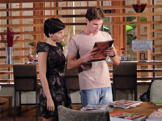 Paula mostra a Rafa a revista, publicada antes da morte de Clarice, em que o pai saiu ao lado de Natalie