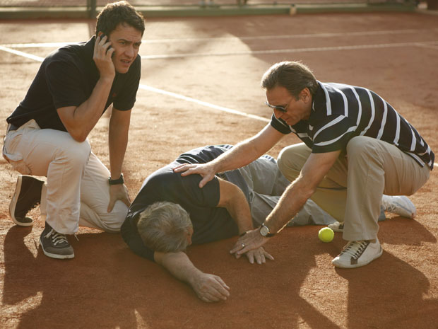Léo e Cortez socorrem o milionário enquanto Vinícius busca ajuda médica