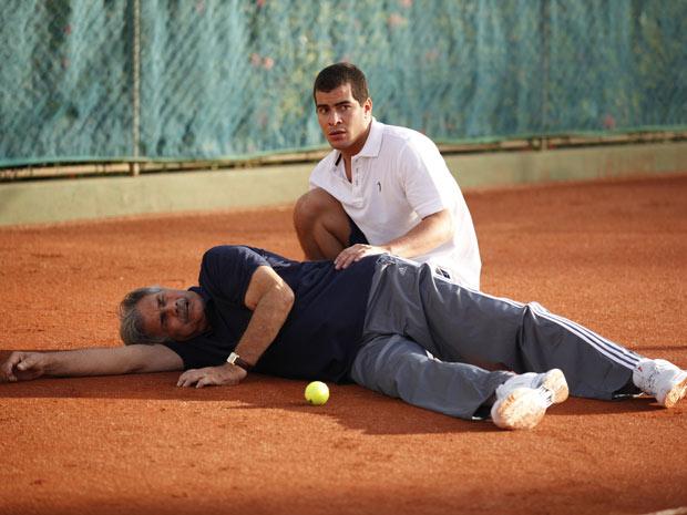 Teodoro cai no chão após mal-estar durante partida com Vinícius