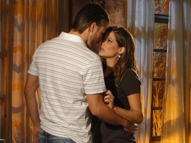 Fernando e Lavínia ficam muito perto de se beijarem
