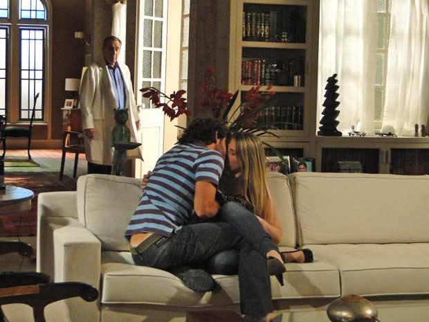Eliseu flagra a filha aos beijos na sala