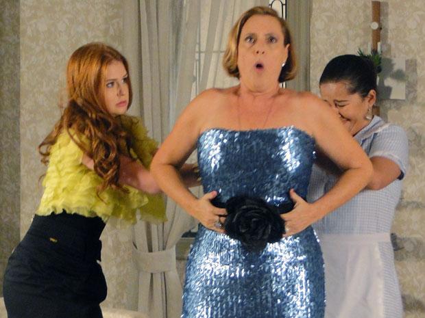 Minerva não consegue fechar o vestido
